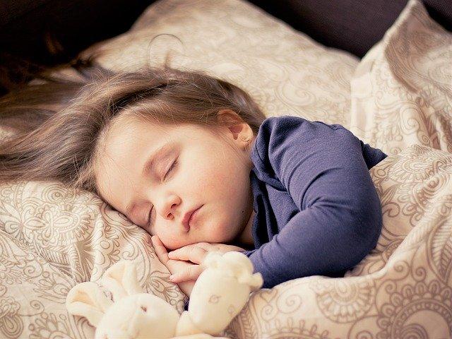 Cómo evitar que el bebé se destape por la noche