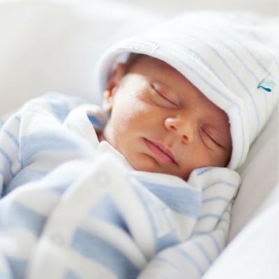 Cómo tapar a un bebé recién nacido para dormir